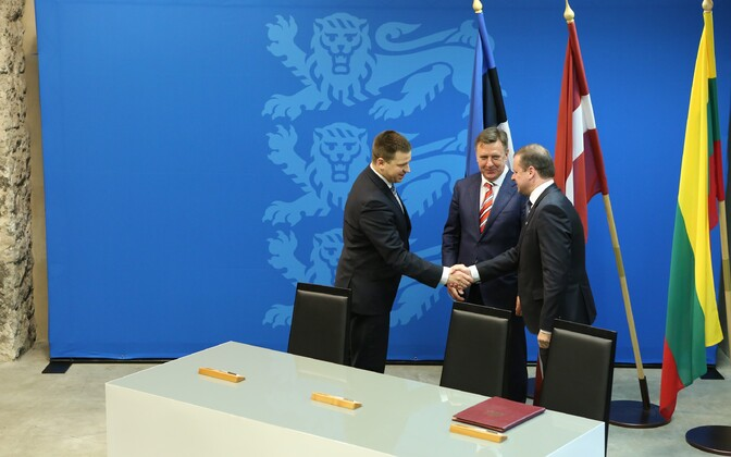The three Baltic prime ministers shake hands after signing the Rail Baltic agreement. Jan. 31, 2017.