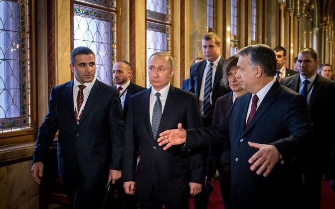 Vladimir Putin ja Viktor Orban koos saatjaskonnaga Budapestis parlamendihoones.