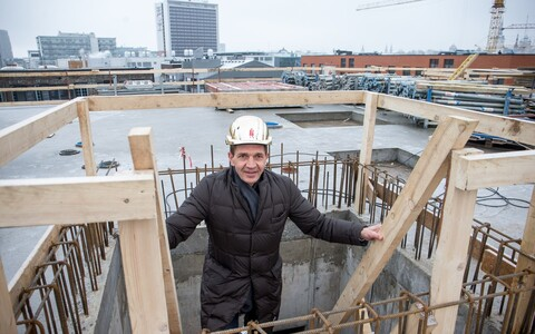 Kuldses kiivris Urmas Sõõrumaa uue hoone sarikapeol Rotermanni kvartalis.