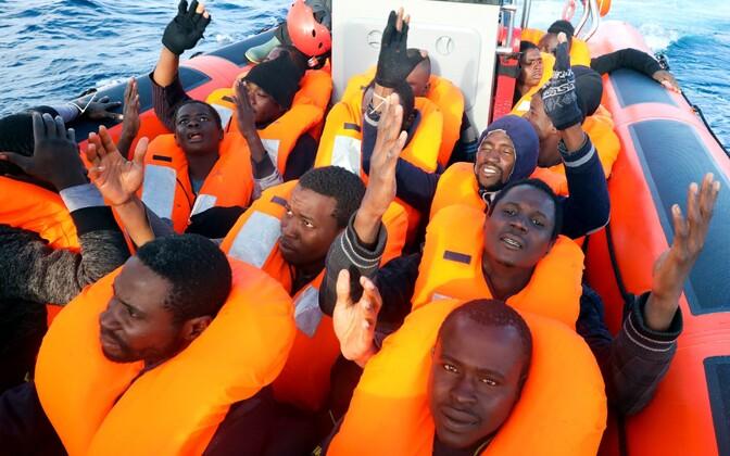 Liibüa linnast Sabrathast põhjapool Vahemerelt ära päästetud migrandid jumalat tänamas.