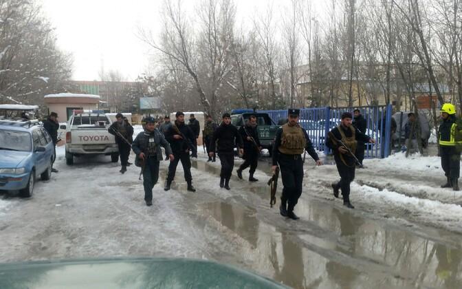 Võimuesindajad Kabulis pärast ülemkohtu juures kärgatanud plahvatust.