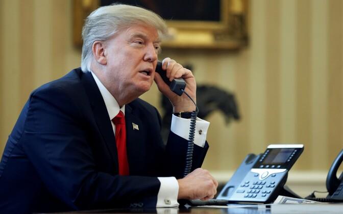 USA president Donald Trump telefoniga rääkimas.