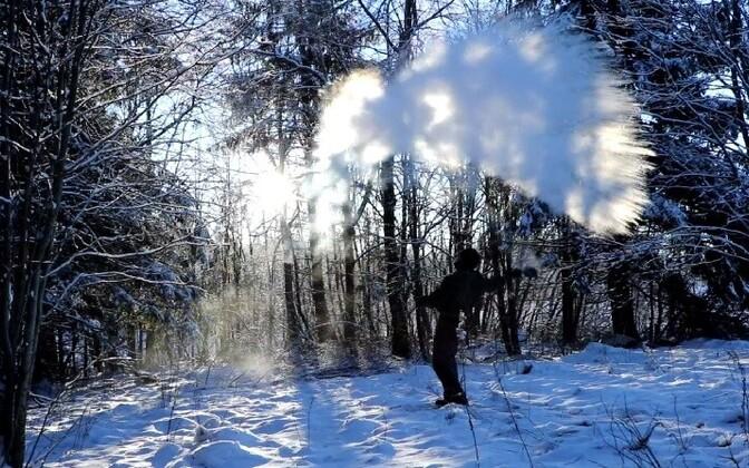 Kui keev vesi visata käreda pakasega õhku, ei muutu see jääks, vaid kohe auruks.