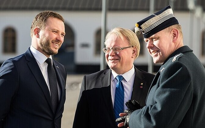Defense ministers Tsahkna (left) and Hultqvist (center).