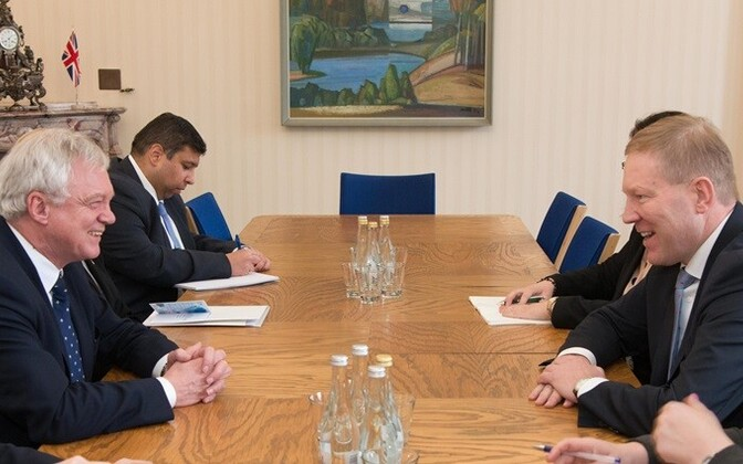 David Davis (left) talking to chairman of the Riigikogu's Foreign Affairs Committee, Marko Mihkelson (IRL), on Feb. 20, 2016.