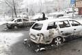 Rootsi politseinik 21. veebruaril Rinkeby linnaosas põlenud autosid vaatamas.