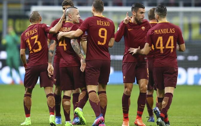 Radja Nainggolan (number 4) ja AS Roma väravat tähistamas