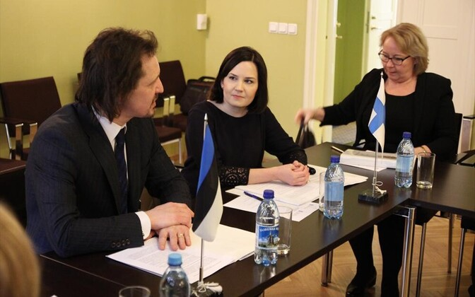Finnish Minister of Education and Culture Sanni Grahn-Laasonen (center) met with Estonian Minister of Culture Indrek Saar (left) in Tallinn. Feb. 28, 2017.