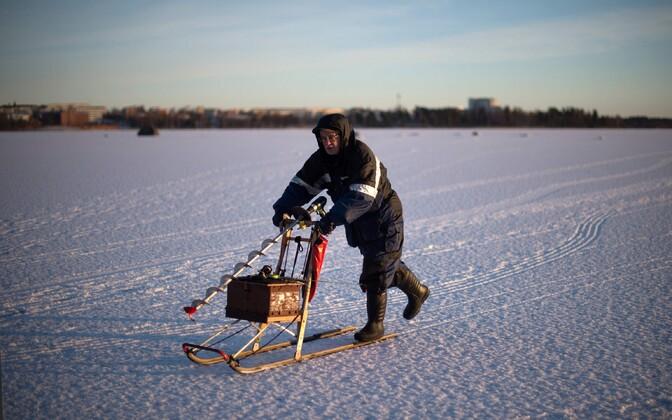 Рыбак на льду. Иллюстративная фотография