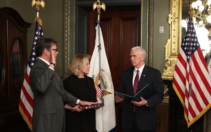 USA asepresident Mike Pence vannutas neljapäeva Valges Majas ametisse uue energeetikaministri Rick Perry (vasakul).