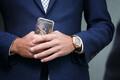 2016. aasta uudisfoto võitja on Äripäeva fotograaf Andras Kralla fotoga luksusliku eluviisi poolest lambo-mehena tuntuks saanud ärimees Henry Kallasest, kes ilmus kohtusse 50 000 dollarit maksva käekella ning kuldse kuue saanud mobiiltelefoniga. Sama foto