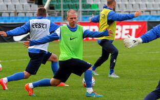 Илья Антонов (в центре) на тренировке сборной Эстонии.