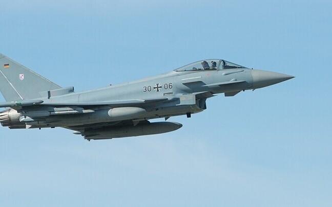 Истребители ВВС Германии Eurofighter продолжают тренировочные полеты в небе над Эстонией.