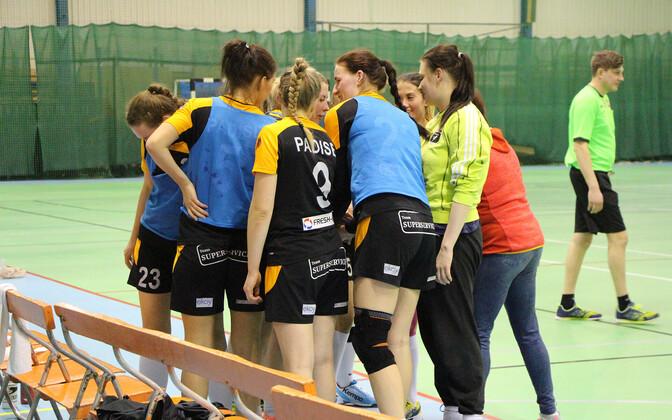 Reval-Sport/Padise/Lasnamäe naiskond minutilisel mõtlemisajal.