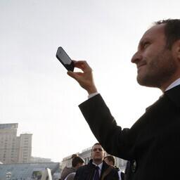 Taani (nüüdseks juba endine) välisminister  Martin Lidegaard 2014. aasta novembris Kiievis nutitelefoniga pildistamas.