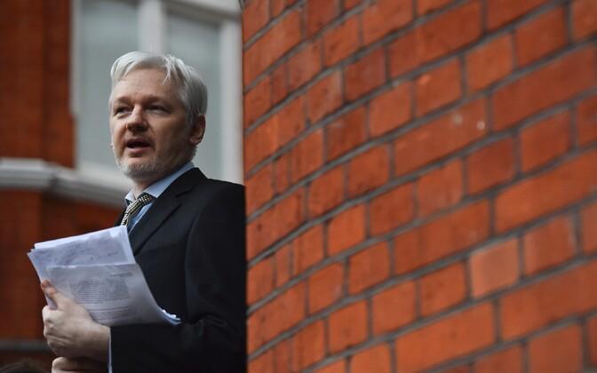 Wikileaksi juht Julian Assange Londonis asuva Ecuadori saatkonna rõdul 2016. aasta veebruaris.