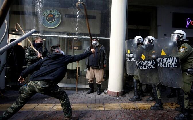 Kreeka põllumehed ja politseinikud 8. märtsil Ateenas.