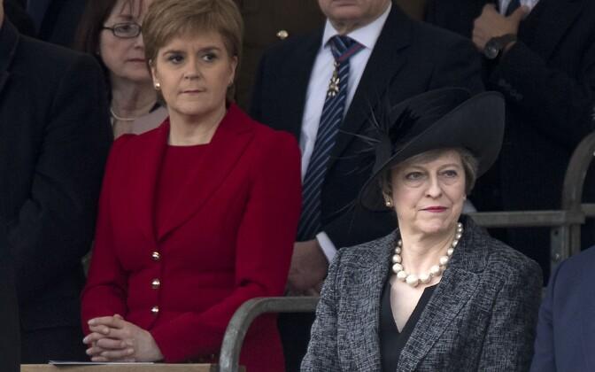 Nicola Sturgeon (vasakul) ja Theresa May (paremal).