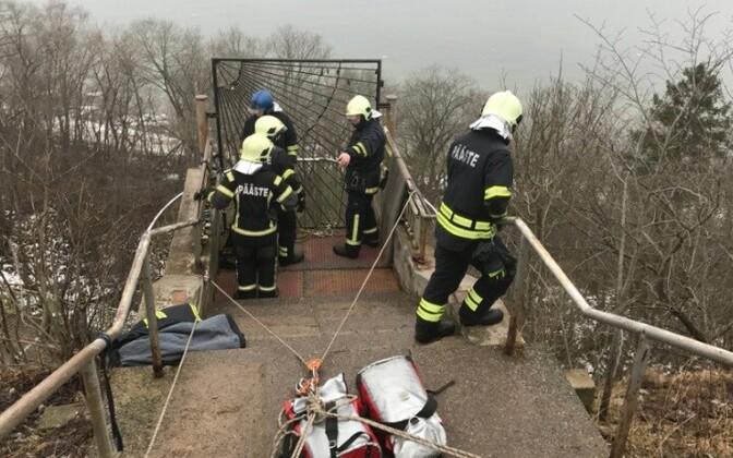 Накануне спасателям пришлось провести масштабную операцию, чтобы помочь упавшему со смотровой площадки мужчине.