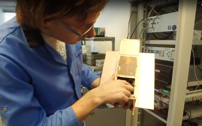 Laur Joost valmistub testiks, mis näitab, kas ESTCube-2 antenn on võimeline erinevatest suundadest raadiosignaale vastu võtma.