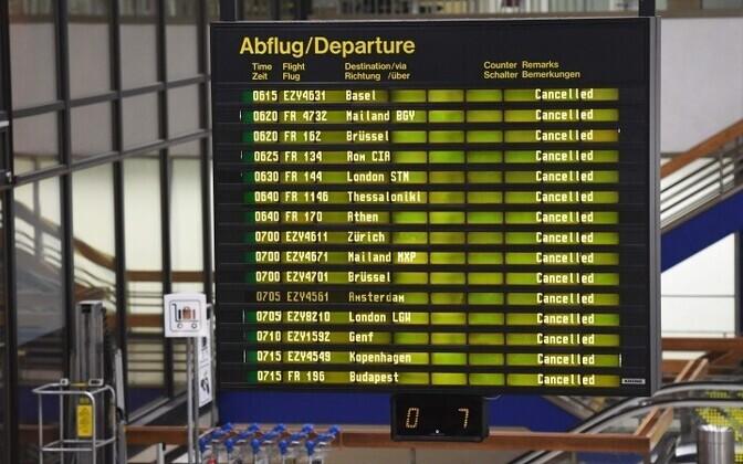 Табло с отмененными рейсами в аэропорту Шёнефельд.
