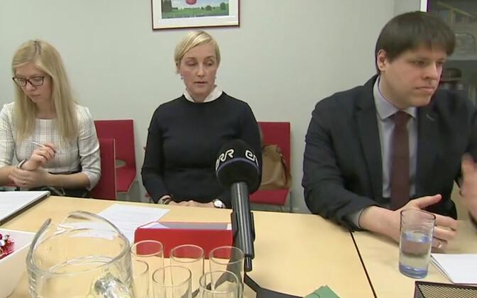 Председатель совета MISA Кристина Каллас ( в середине) и руководитель фонда Дмитрий Бурнашев на пресс-конференции.
