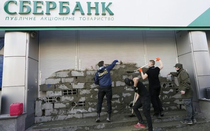 Украинские радикалы замуровывают отделение