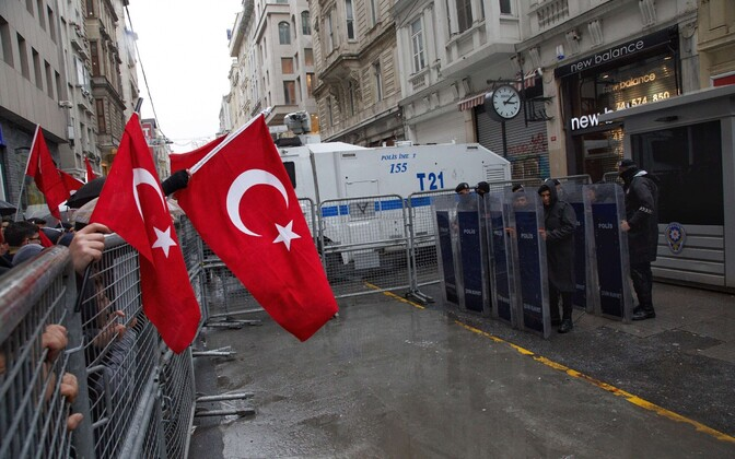 Meeleavaldajad Istanbulis asuva Hollandi konsulaadi ees.