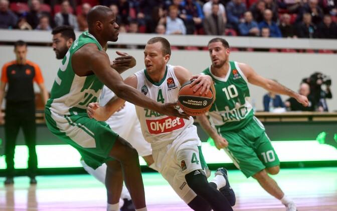 Žalgirise mängija Lukas Lekavicius (keskel)
