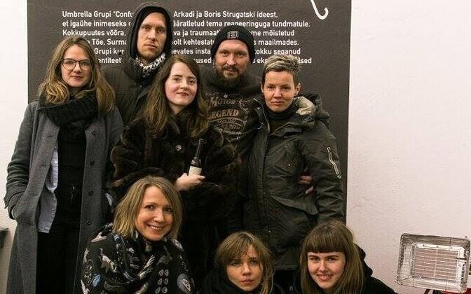 Marco Laimre (tagareas paremal) oma üliõpilastega Umbrella Grupi näituse avamisel EKKMis.