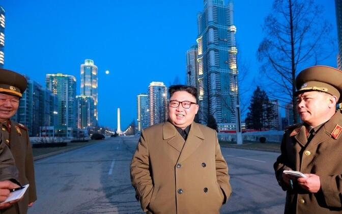 Ким Чен Ын (в центре) доволен испытаниями.