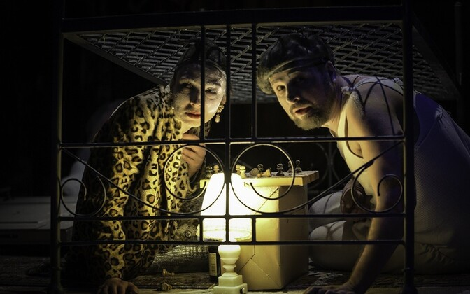 Она (Наталья Дымченко) и Он (Илья Нартов) скрылись в домике.
