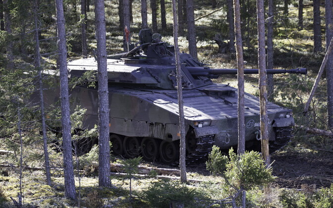 Jalaväe lahingumasin CV9035 lahinglaskmisel.