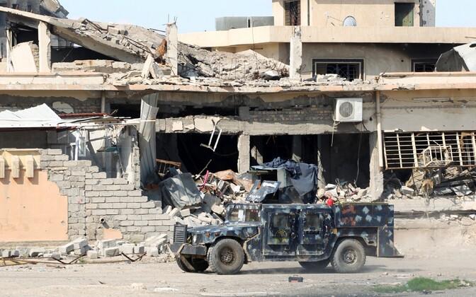 Iraagi valitsusvägede soomusauto Mosuli vanalinna lähistel.