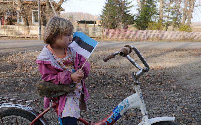 Ülem-Suetuki külamatja Triikmani Miina lapselaps Alla saadab Eestist tulnud külalisi bussi peale.