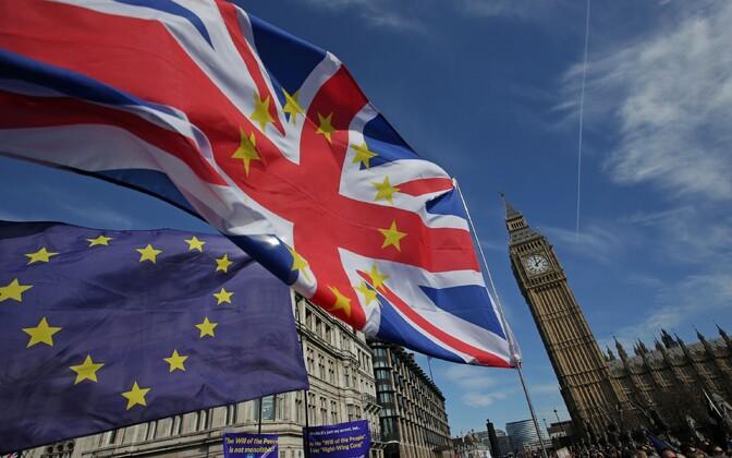 Флаги Великобритании и Евросоюза.