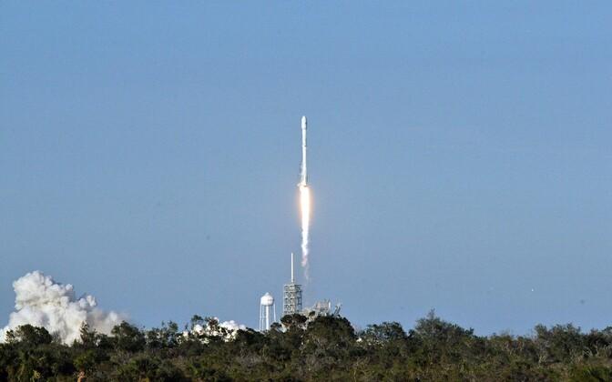 Старт Falcon 9 с космодрома на мысе Канаверал.