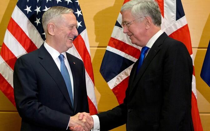 Kaitseministrid James Mattis (vasakul) ja Michael Fallon 15. veebruaril Brüsselis.