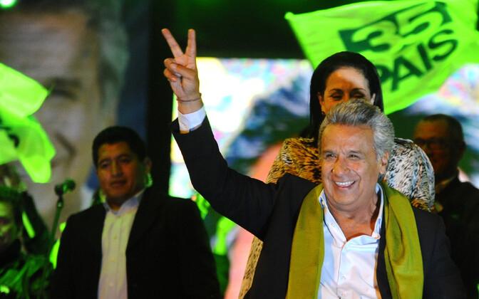 Valitsuspartei presidendikandidaat Lenin Moreno arvatavat võitu poolehoidjatele kinnitamas.