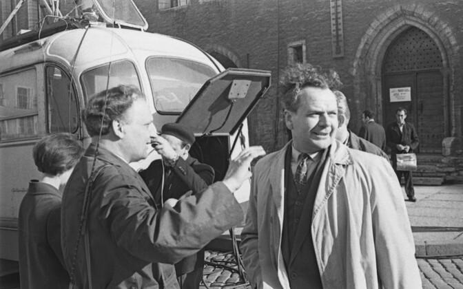 Ajakirjanik Valdo Pant ja režissöör Endel Nõmberg, reportaaž Raekoja platsil. 1960ndad