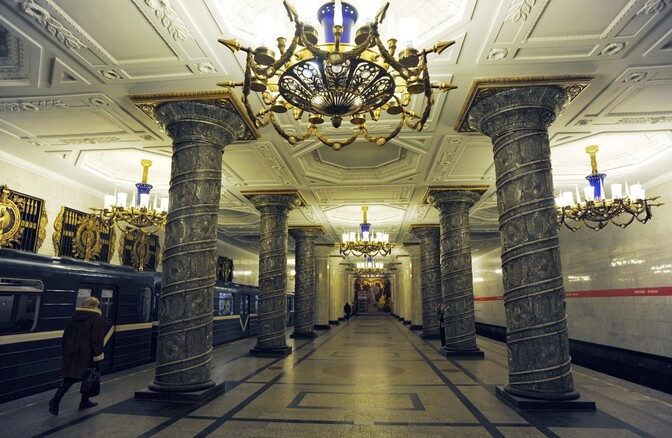 В метро санкт-петербурга, как и в любом другом, есть тоннели, не предназначенные для пассажирского движения и обеспечивающие перевод составов с одной линии на другую - так называемые ссв, служебные соединительные ветви.