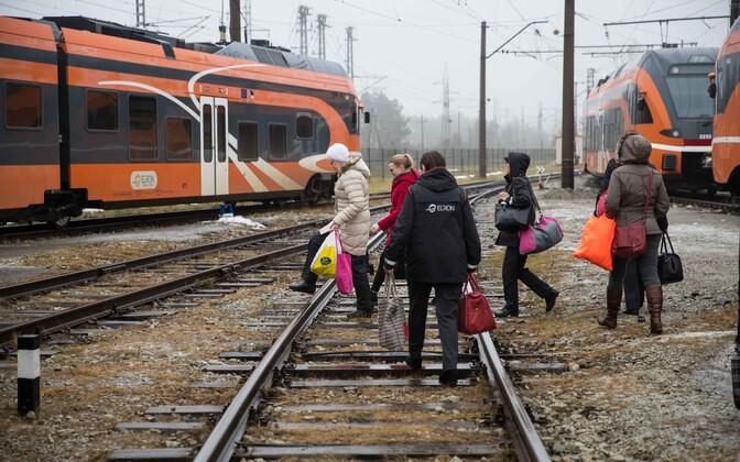 Elron employees heading onto their train.