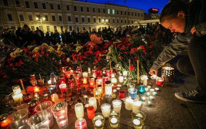 Цветы и свечи в память о погибших у станции метро