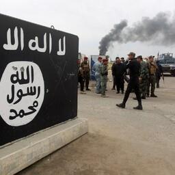 Iraagi valitsusväed 2015. aasta aprillis Tikriti linna sisenemas, vasakul ISIS-e sümboolika.