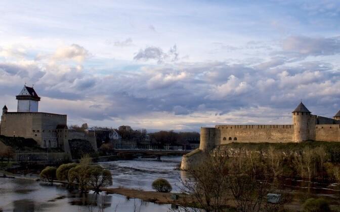 Нарва и Ивангород, между которыми проходит государственная граница.