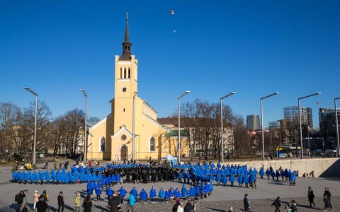 A blue hepatica being formed in Tallinn's Freedom Square in honor of Estonian veterans.
