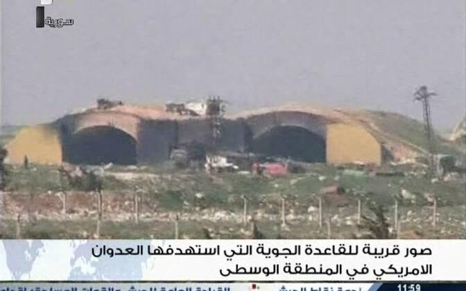 Kaader Süüria riigitelevisoonis näidatud videost, kust on näha tabamusi saanud lennuväebaasi.