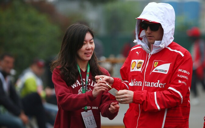 Kimi Räikkönen autogrammi jagamas