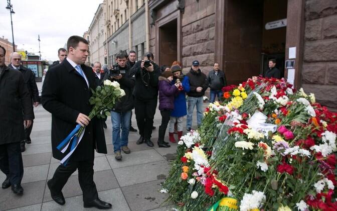 Юри Ратас возложил цветы у станции метро