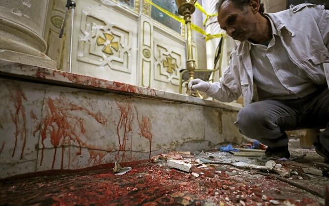 Kriminalistikaekspert Tanta kopti kirikus pärast plahvatust tööd tegemas.